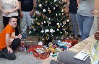 Klienti s darčekmi pri stormčeku