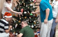 Klienti zdobia stromček