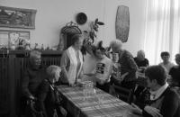 klienti dss pastuchov v klube ruza hlohovec sedia pri stole, šibačka