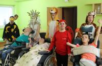 Klienti v maskách karnevalových