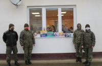 Vojaci pri odovzdávaní darčekov